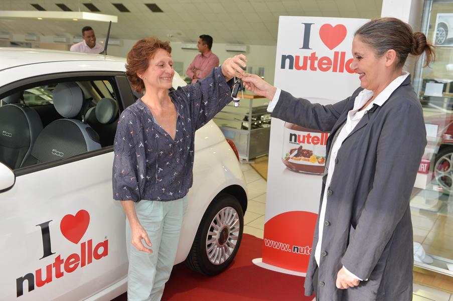 """Remise des clés de la FIAT 500 """"i Love Nutella"""" à Hélène OZGA par Muriel GALABERT (Ferrero)."""